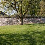 Rasenfläche mit Trockenmauer