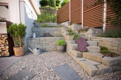 Treppe und Brunnen aus Natursteinen