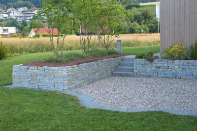 Gartenlandschaft mit Trockenmauern