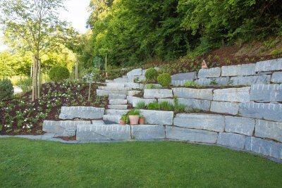 Gartenbegrenzung mit massiven Natursteinen