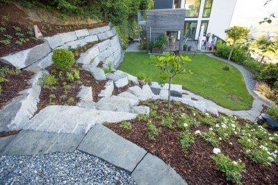 Zugang mit Natursteintreppe