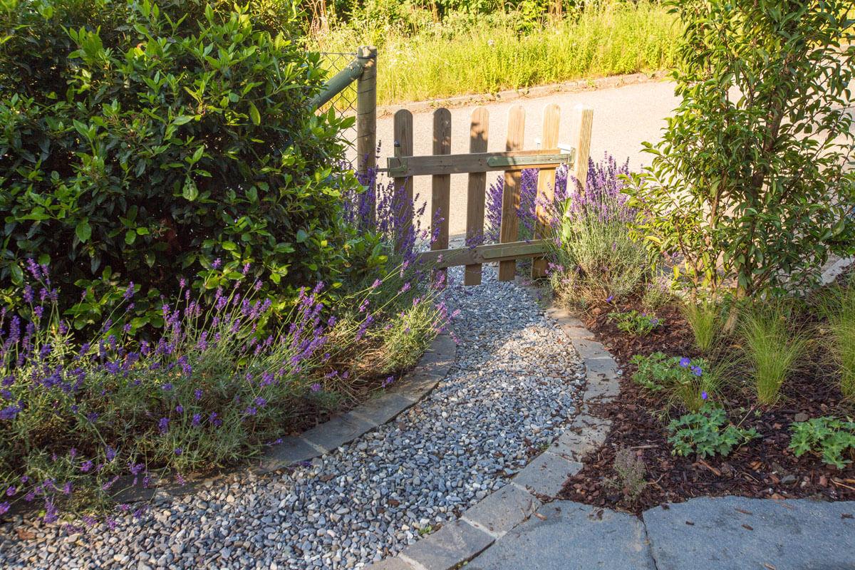 Kiesweg mit Gartentor