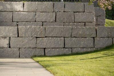 Mauer aus grossen Natursteinblöcken