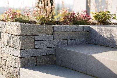 Steintreppe eingelassen in Gartenlandschaft