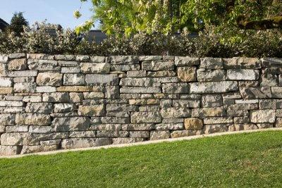 Natursteinmauer am Hang
