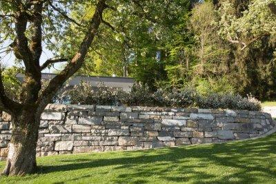 Natursteinmauer im Gartenbereich