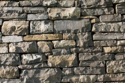 Natursteinmauer aus grobem Material