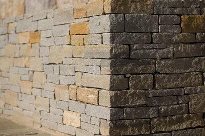 abgewinkelte Natursteinmauer