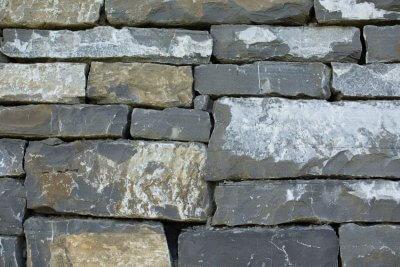 Trockenmauer aus Natursteinen