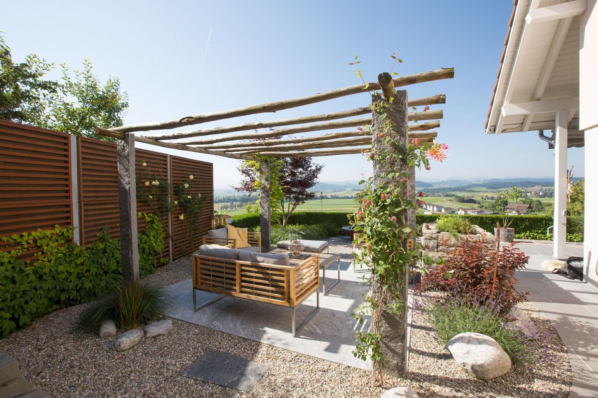 überdatchter Gartensitzplatz mit Aussicht