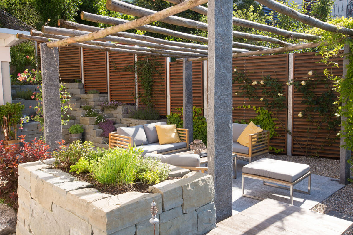 Gartensitzplatz mit Kräuterbeet