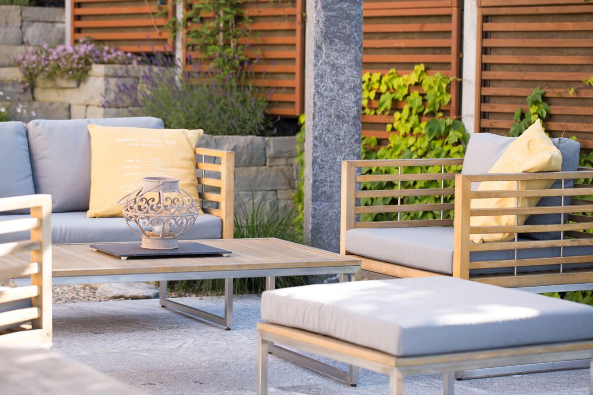 Gartenmöbel beim Sitzplatz