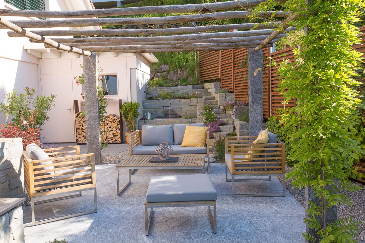 Gartensitzplatz mit Dekoelementen
