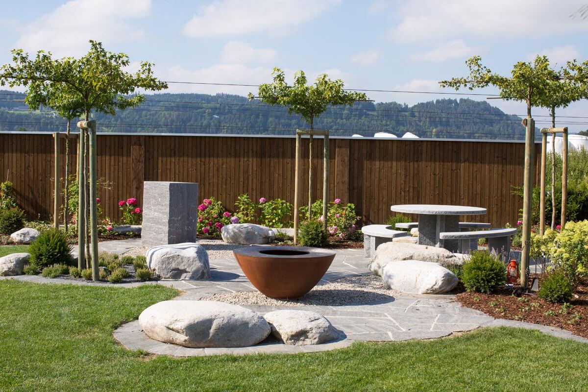 Gartensitzplatz mit Findlingen
