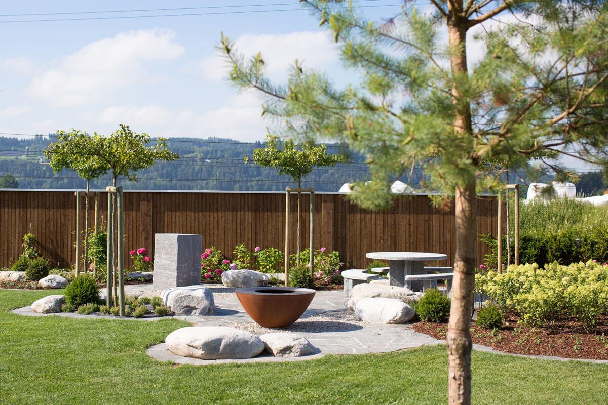 Gartensitzplatz mit Feuerschale