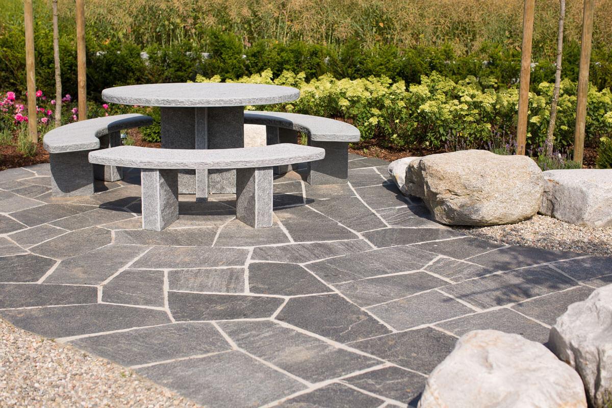 Runder Gartensitzplatz auf Natursteinboden